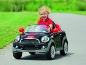 Kind im Kinderauto